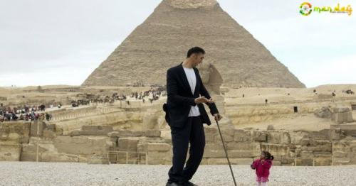 The Tallest & The Shortest People In The World Met & Clicked Some Very Chatty, Goofy Pictures